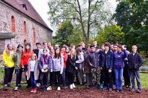 Deutsch Polnisches Kraeuterprojekt Schüler der Oderbruch-Oberschule Neutrebbin und der Partnerschule im polnischen Bogdaniec arbeiten gemeinsam im Kräutergarten neben der Dorfkirche in Prädikow